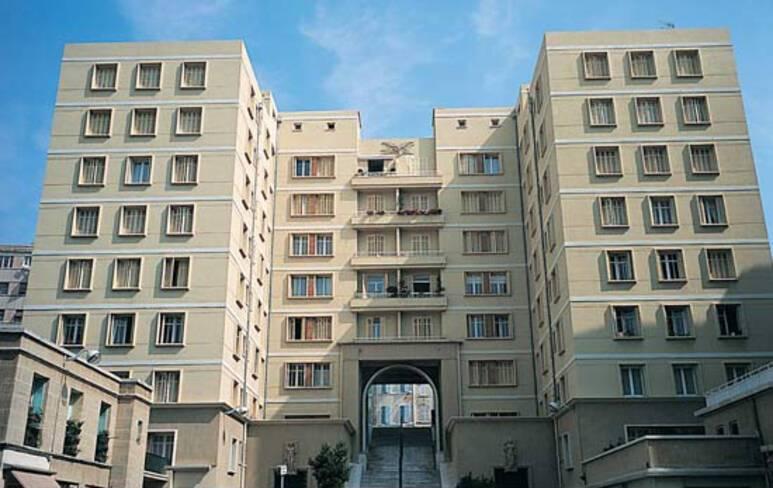 Vieux-port - Marseille, bâtiment en U avec escalier traversant vers la rue Caisserie