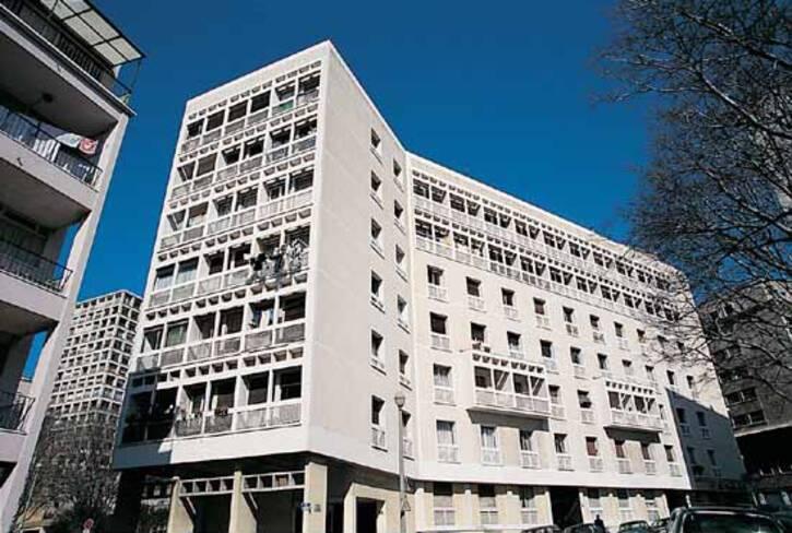 Vieux-port - Marseille, bâtiment moderniste en béton