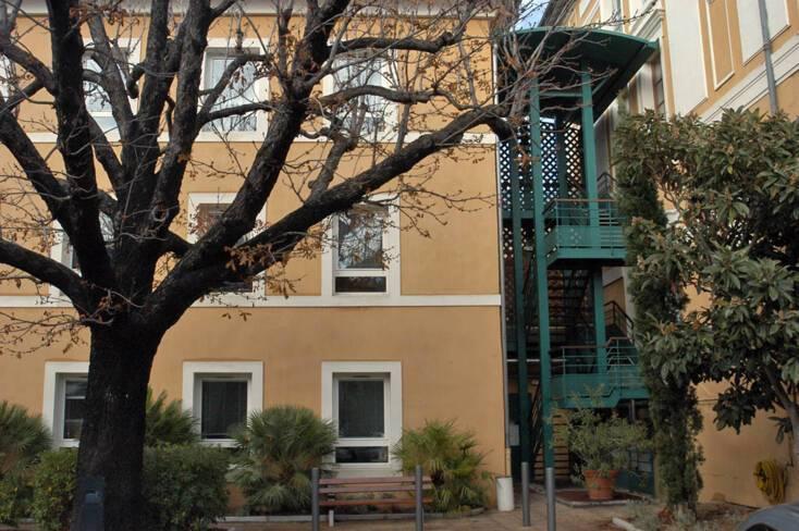 Extension à la gauche du bâtiment principal et escalier desservant les deux bâtiments