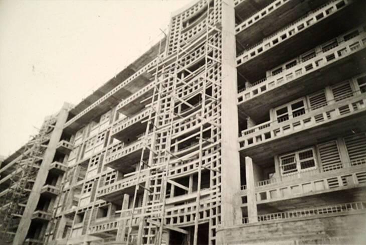Façade nord, détail sur façade-écran en claustras de la cage d'escalier et coursives superposées
