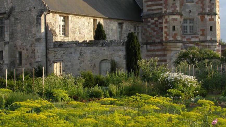 Au premier plan une parcelle de fleur avec au second une église.