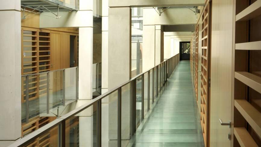 Atrium du bâtiment contemporain