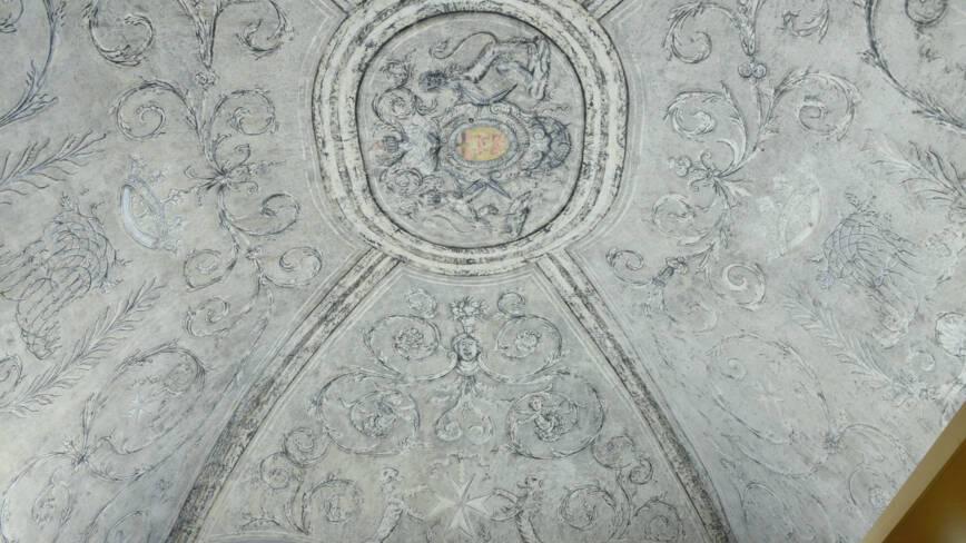 Voûte peinte de rinceaux en grisaille (accueil, ancienne salle du chapitre)