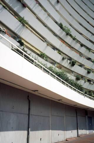 Marina Baie des Anges - Villeneuve-Loubet, garages individuels au pied du bâtiment Ducal