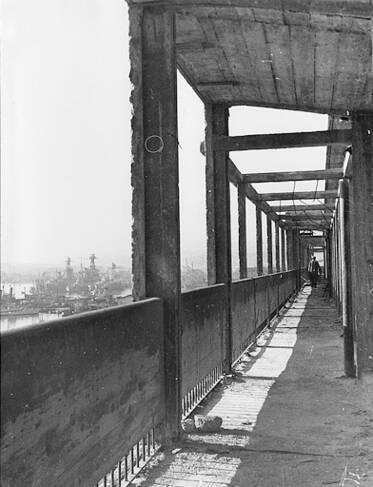 Dernier étage en surcroît, détail sur la terrasse et la pergola en ciment qui sert de couronnement