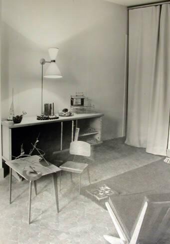 """Le bureau et sa chaise """"maternelle"""" sont de Jean Prouvé. Le luminaire probablement de Pierre Guariche"""