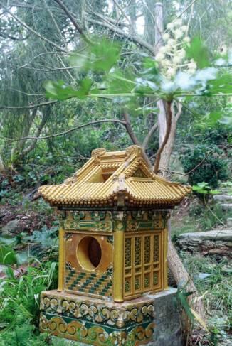 Jardin japonais, motif décoratif en forme de temple en céramique.