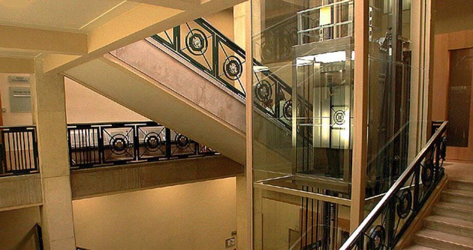 Annexe du palais de justice - Marseille, tribunal de grande instance, hall central escalier