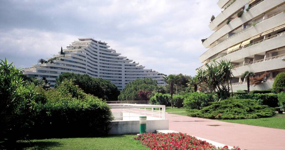 Marina Baie des Anges - Villeneuve-Loubet, coursives de l'immeuble Amiral et loggias de l'immeuble Baronnet en lisière du parc