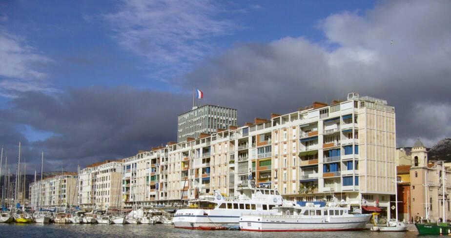 Port de Toulon, vue de l'ensemble avec l'hôtel de ville en avancée au centre, sa tour de services en retrait