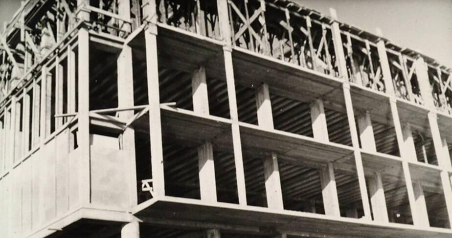 Façade sud, détail sur l'ossature poteaux-poutres d'un immeuble vers 1951