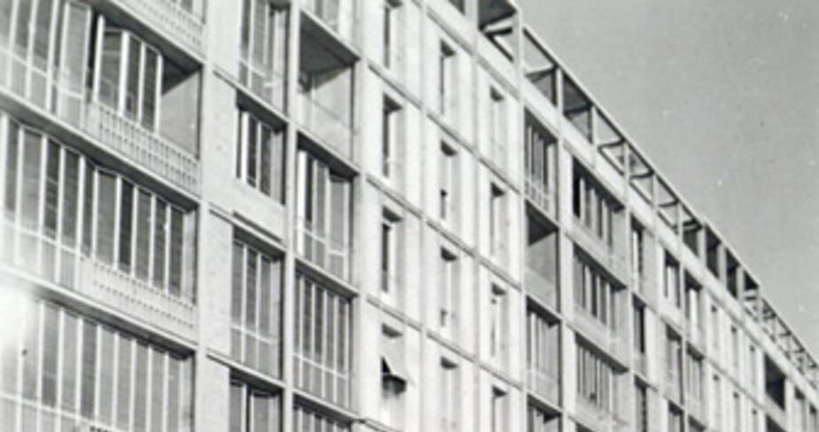 Façade sud, vue d'ensemble avant l'installation des portiques, vers 1955