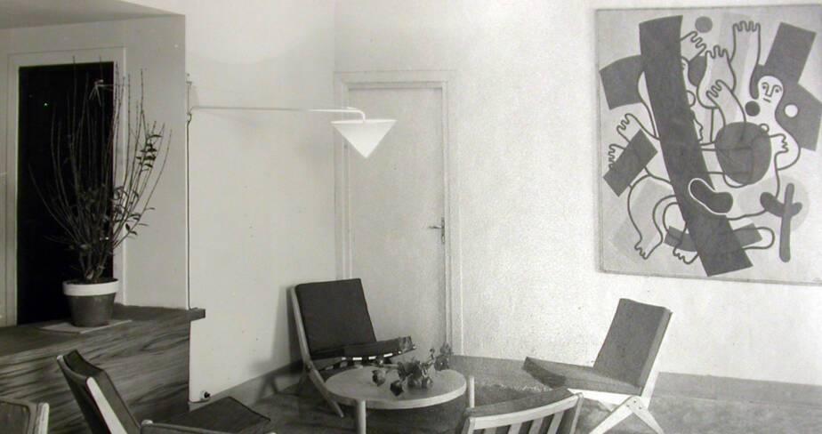 """Le salon aménagé avec les chauffeuses """"ciseaux"""" de Pierre Jeanneret,"""