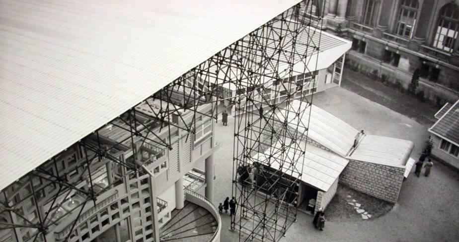 Vue de la maquette, échelle 1 de l'Unité d'Habitation de Toulon. A gauche, la maison coque de Jean Prouvé