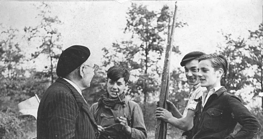 Léon Laval et trois des inventeurs (Jacques Marsal, Marcel Ravidat et Georges Agniel) devant leur campement établi à l'entrée de la grotte pour en assurer le gardiennage