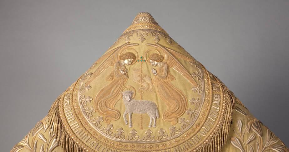 Chape du Cardinal de Bonald détail du chaperon brodé d'or (1841)  - Trésor de la cathédrale Saint-Jean à Lyon