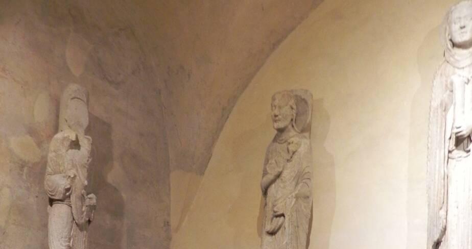 Devant les statues dans la crypte, la présidente d'AFC, la DRAC adjointe, la CMH