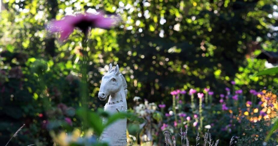 Gros plan sur une tête de cheval en céramique