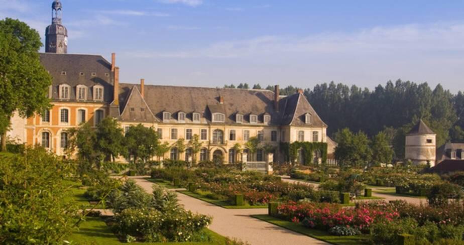 Vue sur les jardins en premier plan et le chateau en second