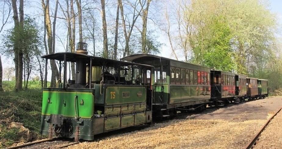 Photo d'un train à vapeur avec quatre wagons