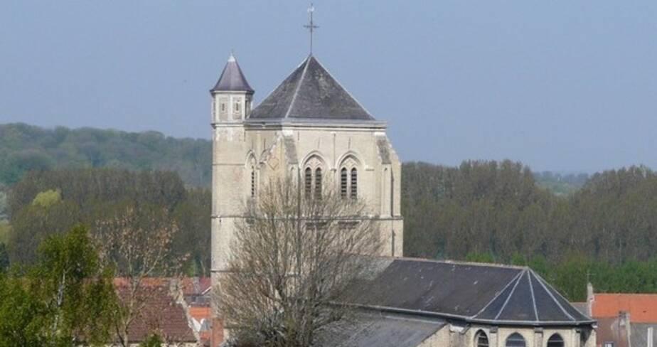 Vue en hauteur sur le clocher de l'église et le toit de sa nef