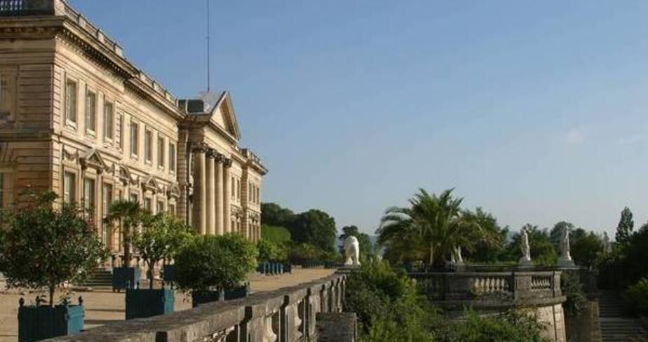 Point de vue des terrasses du chateau avec à gauche la façade et à droite une partie des jardins surplombés