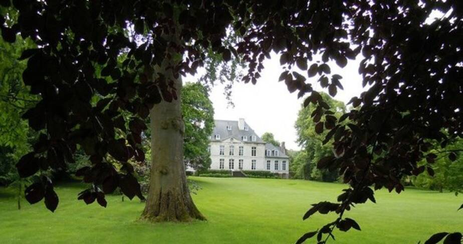 Vue du jardin avec en arrière plan une partie du chateau