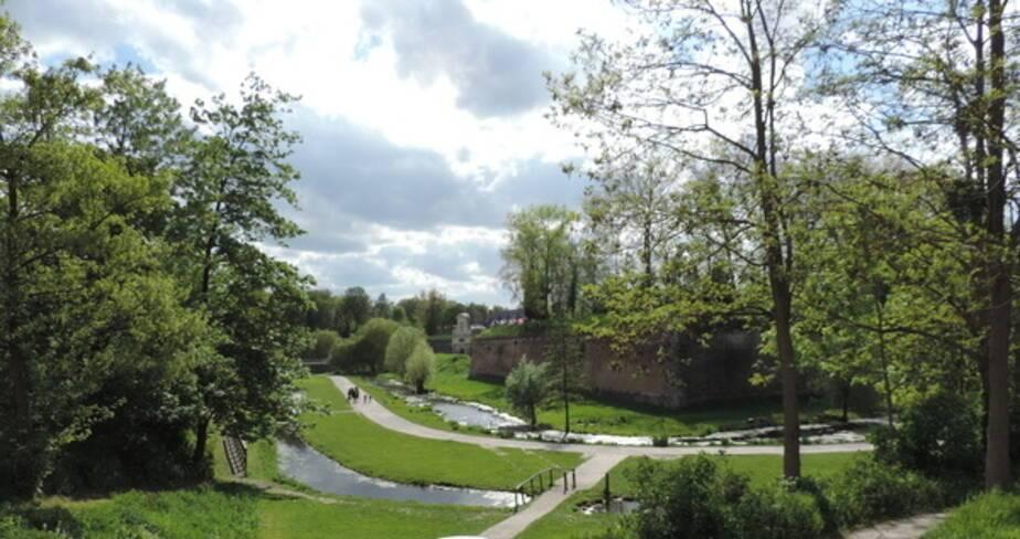 Vue du jardin de la Citadelle avec ses remparts en arrière plan
