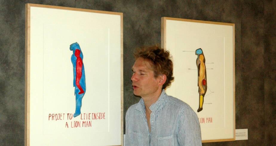 Abraham Poincheval, au Musée-forum, devant les esquisses préparatoires