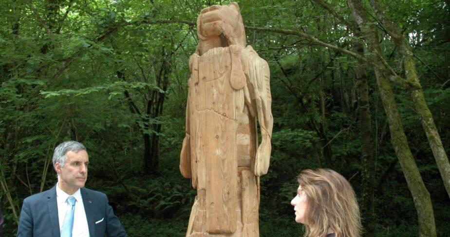 Laurent Roturier et Joëlle Arches devant L'Homme Lion