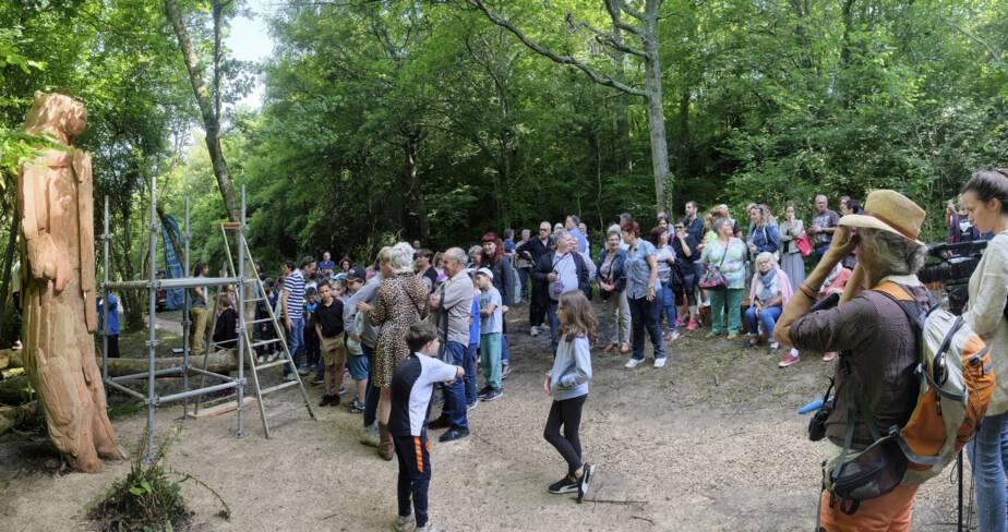 Une foule dense attend la sortie d'Abraham Poincheval