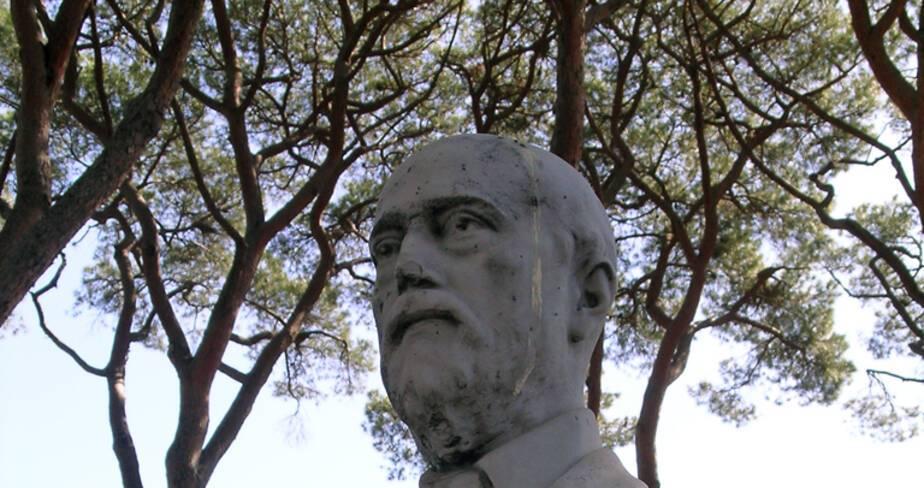 Buste de Gustave Thuret, dans la pinède.