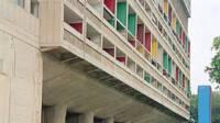Cité radieuse - Marseille, Pilotis et totem du parvis