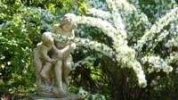 Statues d'enfants et fleurs blanches