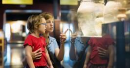 Visiteurs d'exposition d'archives
