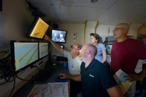 Recherche sur la Cordelière l'équipe face aux écrans de contrôle durant l'acquisition des données de prospection.