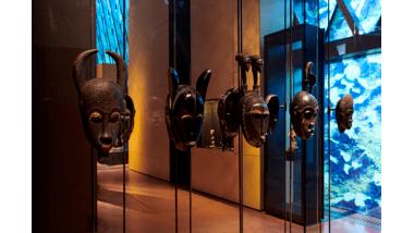 Le plateau des collections. Vitrine de la zone Afrique. Musée du quai Branly - Jacques Chirac, photo Léo Delafontaine