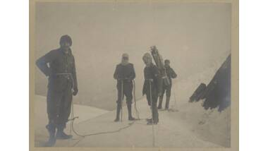 Photographie de quatre alpinistes