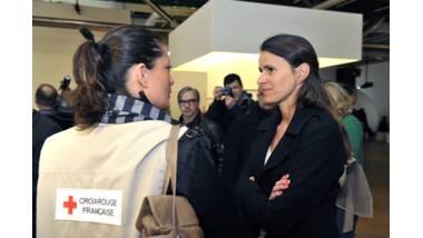 Aurélie Filippetti et un membre de la Croix rouge