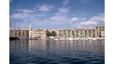 Immeubles du quai du port - Marseille, plan d'eau, hôtel de ville et clocher des Accoules