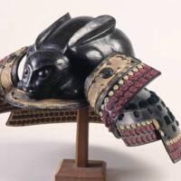 Casque d'armure en forme de lapin, Japon, fer, argent, laque, soie, 17e siècle, 18e siècle, Angers, musée Pincé (c) musées d'Angers - P. David ; (c) Evers