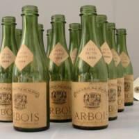 Lot de 14 bouteilles, verre moulé, papier, 1954, Arbois, musée de la vigne et du vin (c) Conservation départementale du Jura