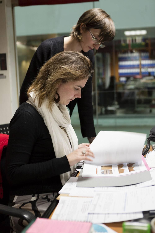 Documentalistes au travail dans le centre de documentation du site du Carrousel, C2RMF (c) C2RMF / Philippe Dureuil