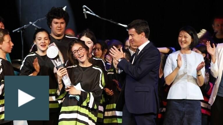 Le 18 mai 2015, Manuel Valls et Fleur Pellerin applaudissent la lauréate d'un concours d'improvisation