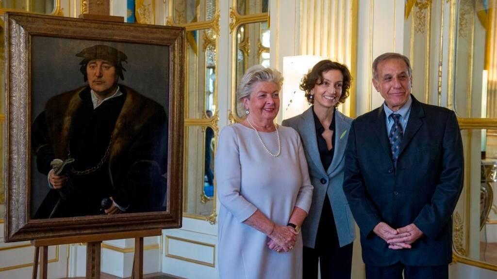 """Audrey Azoulay, Henrietta Schubert et Christophe Bromberg posent à côté du tableau """"Portrait d'homme"""""""