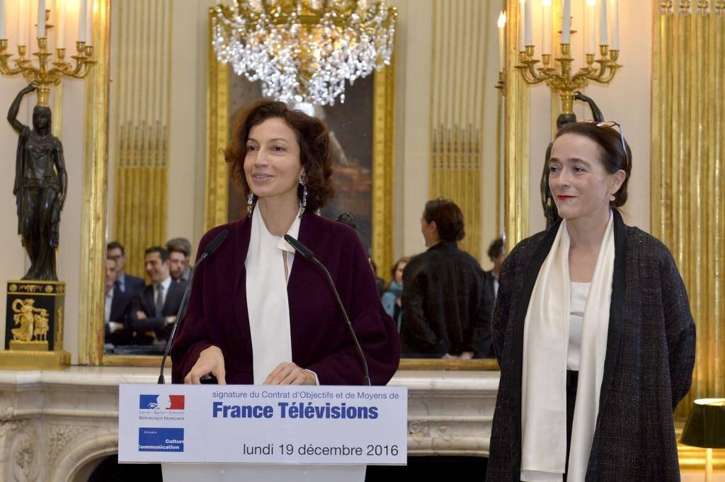 Audrey Azoulay, au pupitre et Delphine Ernotte Cunci, lors de la signature du COM 2016-2020 de France Télévisions