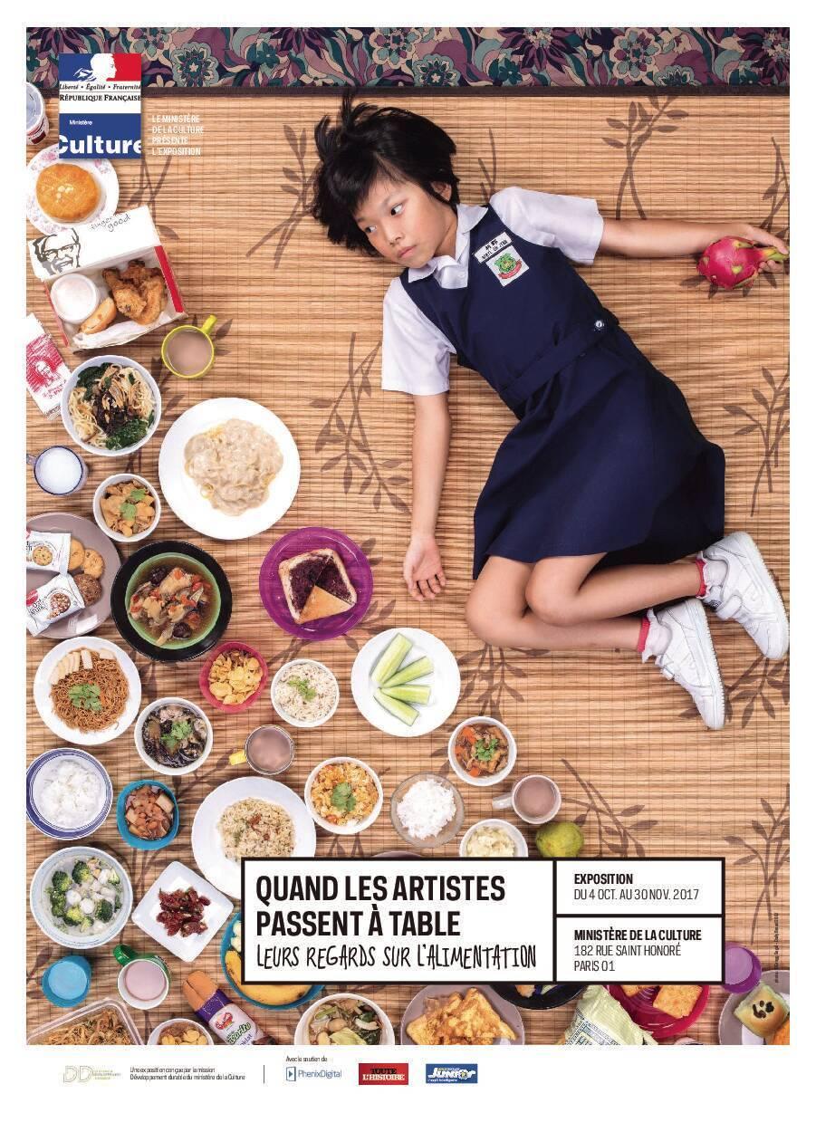 Une jeune fille avec de la nourriture en face d'elle