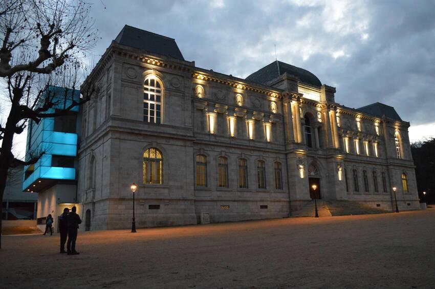 Le musée Crozatier au Puy-en-Velay - vue nocturne de la nouvelle façade côté rue Antoine Martin