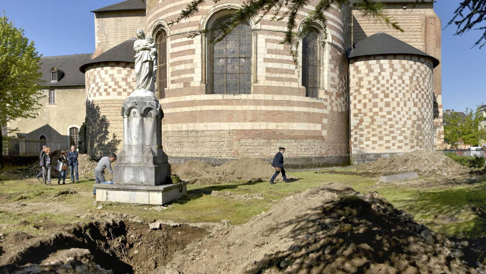 Tranchée au chevet de la cathédrale de Tarbes