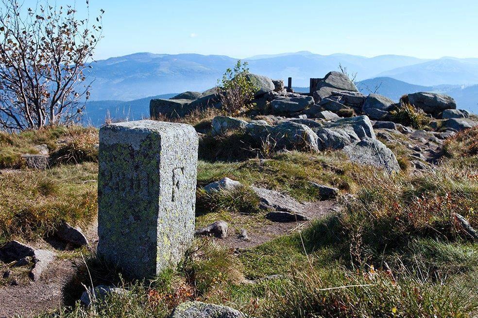 Borne frontière installée après 1870 et marquant la nouvelle frontière entre France et Allemagne, sur la crête des Vosges au sommet du Tannet